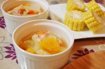 野菜のスープとトウモロコシ
