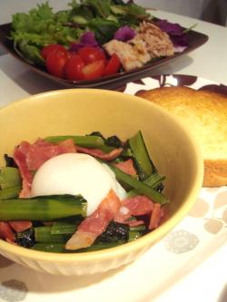 ベーコンと小松菜のバター炒め温泉卵のせ