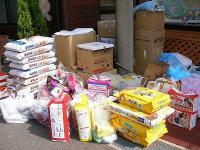 支援物資の山
