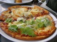 生ハムとミックスピザのハーフ&ハーフ