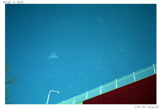 青い空と赤い壁