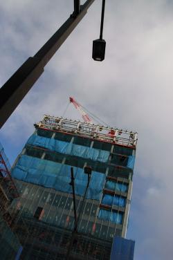 #002 空と建築中建物