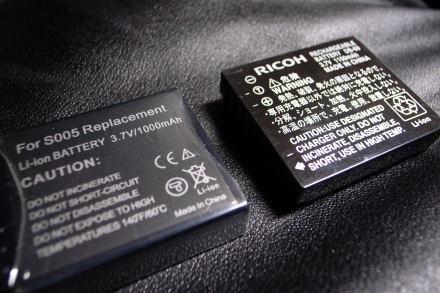 #003 安いバッテリ(左)と純正バッテリ(右)