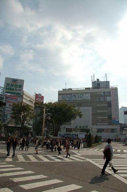#004 新宿駅前
