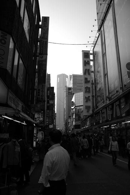 #003 新宿白黒