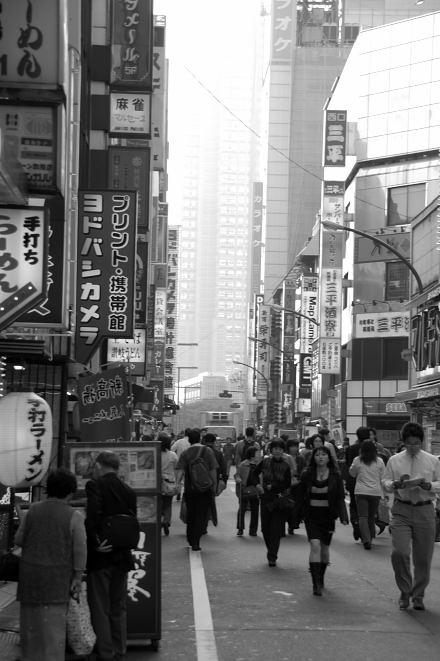 #004 新宿白黒