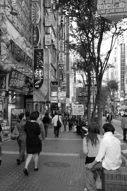 #005 新宿白黒