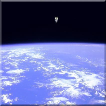 母船との命綱を切り、ただひとり宇宙に浮かぶ。眼下に浮かぶ我が地球、地球よ、おまえは私のすべて!