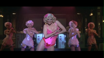 ダンサーを従えたレスリー・アン