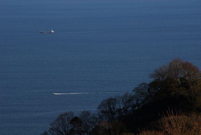 見下ろせば青い海