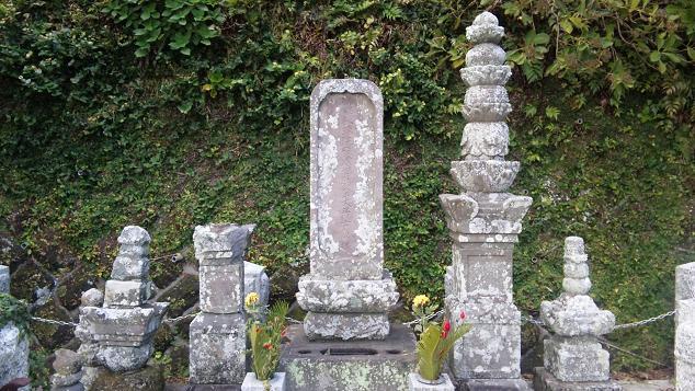 里見の墓 全体像