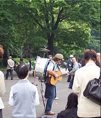上野の一人楽団さん。