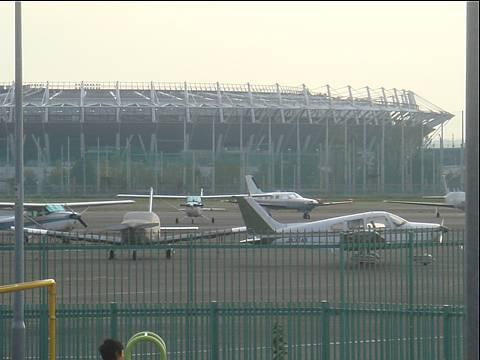 スタジアムと飛行機。