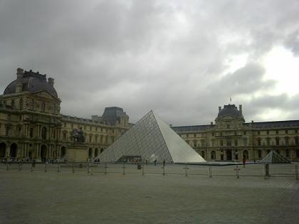早朝のルーブル、ピラミッド