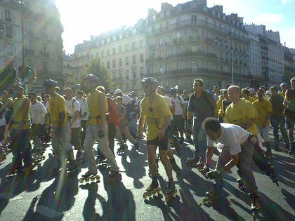 黄色のTシャツの人がスタッフのようで
