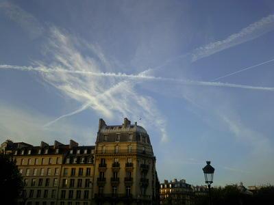 飛行機雲がクッキリ