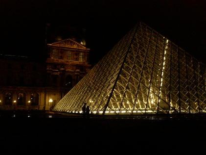 夜のルーブル、ピラミッド