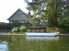 渡し舟の先にはレストラン