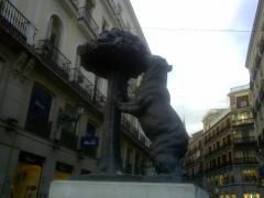 熊と山桃の像