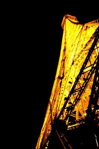 エッフェル塔を真下から