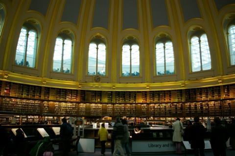 館内の図書館でかい!