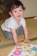 絵本が好きな1歳児