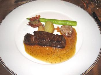 国産牛ロースのローストにオリーブオイルでローストした野菜を添えてトリュフソースで