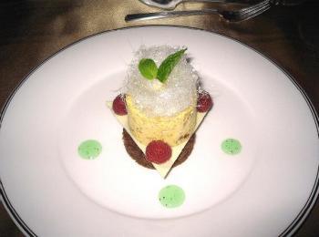 ヘーゼルナッツのパルフォとオレンジ風味のチョコレートケーキにミントソースを添えて