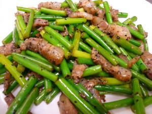 台湾ベーコンとニンニク茎炒め