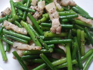 台湾ベーコンとにんにく茎炒め