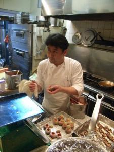 デザートにとりかかる赤松シェフ