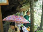 10秀綱神社にて雨をしのぐ