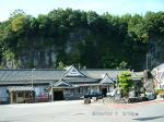 29断崖を背に豊後竹田駅