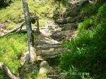 22 傾いた木橋の下は絶壁