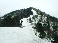 02 頂上への雪道、雪庇のなごり