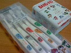 バンドエイド&歯ブラシ