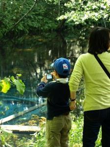 少年のカメラにも神秘の色が~~お母さんしっかり掴んでます~~~
