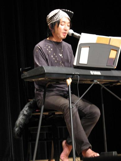 ピアノを弾いてうたうやまねこ