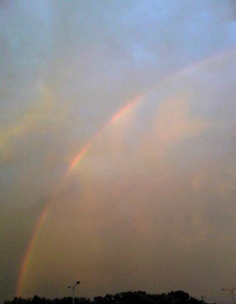 午後7時前の虹