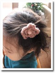 かぎ針で編んだお花のついたヘアゴム。