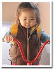足の届かない三輪車にまたがって…笑