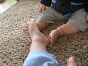 のんたんの足に自分の足をくっつけて・・・