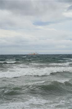 荒海を航行するフェリー
