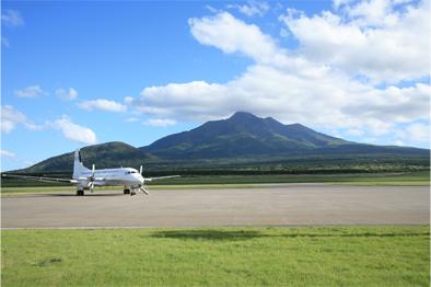 利尻山をバックに9月30日で運航を終了したYS-11型機(利尻空港にて)