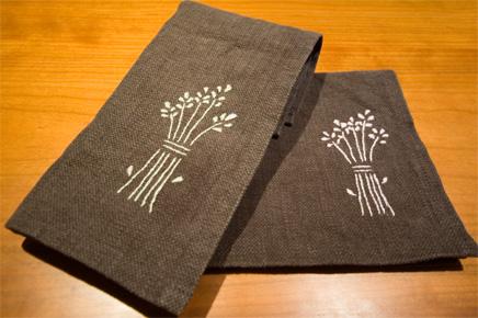刺繍を施したランチョンマット