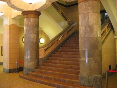横浜文化情報センタ-1階階段