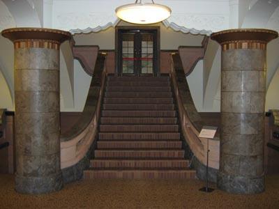 横浜文化情報センタ-2階階段正面