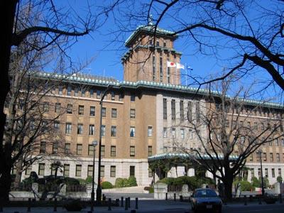 神奈川県庁舎斜め.