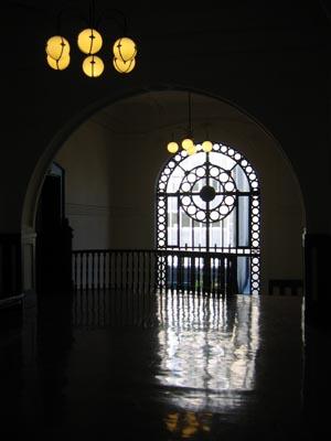横浜開口記念館 内部2階ホ-ル階段