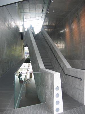 坂の上の雲ミュージアム階段見上げ